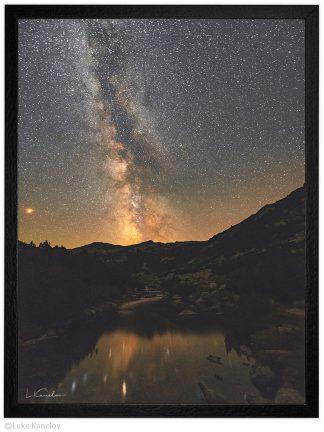 нощна фотография звезди над река в Пирин