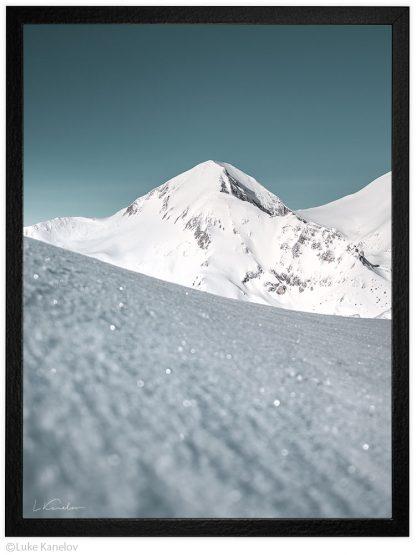 връх вихрен покрит от сняг, зимен пейзаж