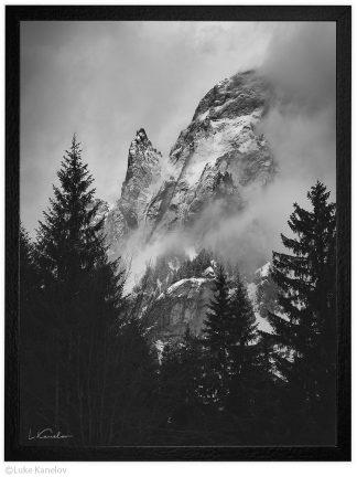мъгливо планинско утро в планината заснежни планински върхове