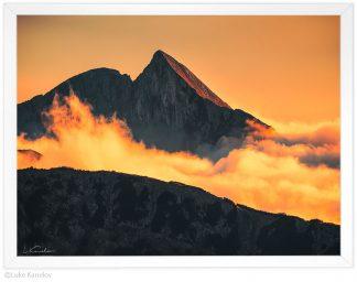 залезна фотография, връх синаница над облаците